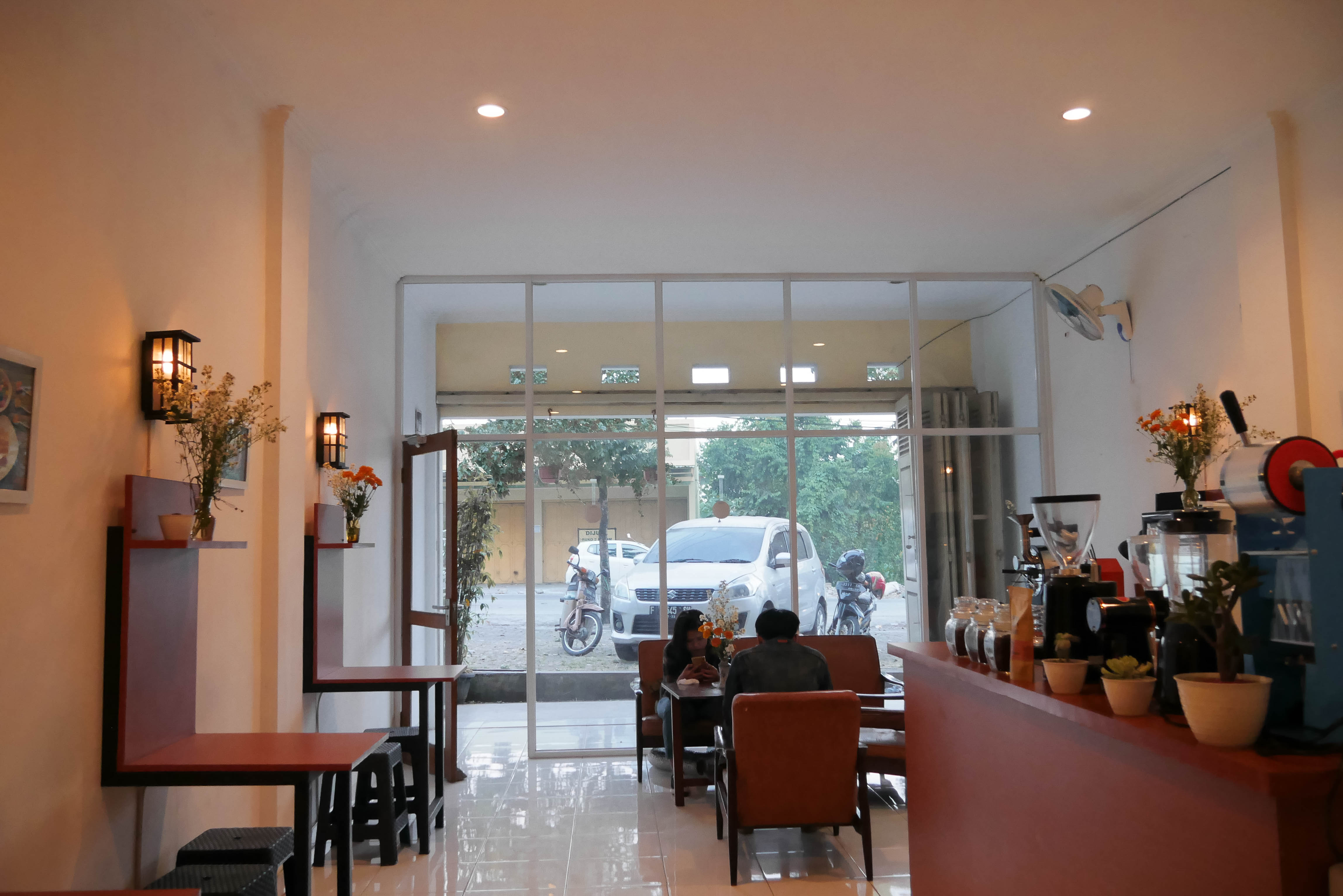 Integrasi Kedai Kopi dan Roastery di Khasmi Coffee